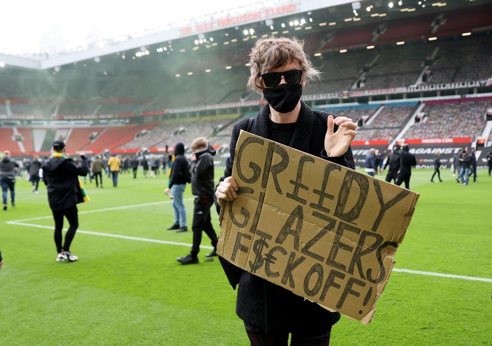 Recado dado por torcedor inglês dentro do gramado de Old Trafford é claro