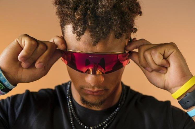 Oakley lança óculos que se molda ao rosto e cria sensação de máscara
