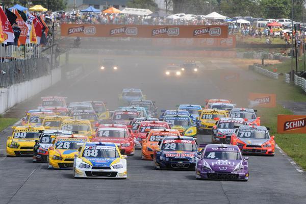 Largada da Stock Car no último ano em que ela foi disputada em Brasília, em 2014