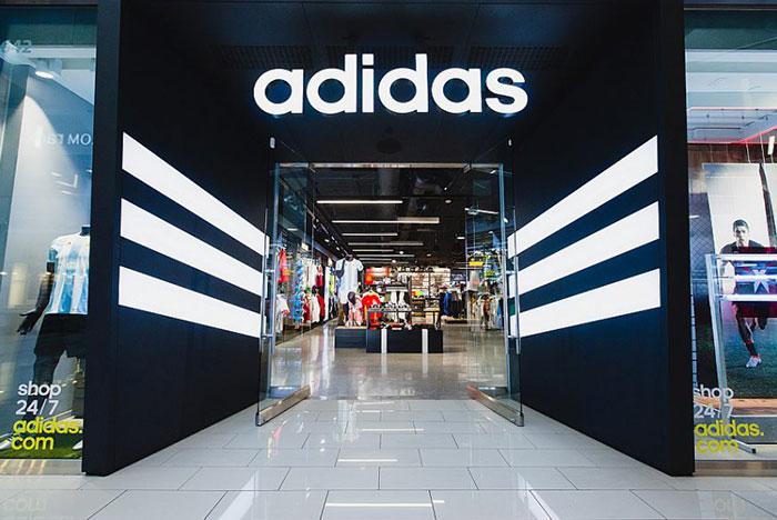 Fachada de loja da Adidas; venda direta ao consumidor impulsionou o crescimento da marca no 1° trimestre de 2021