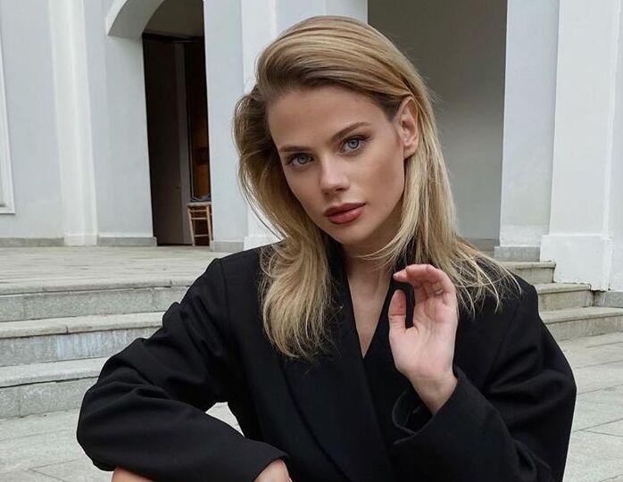 «Нежная и счастливая»: невестка Орбакайте в шелковом пиджаке и трендовых мюлях отправилась на прогулку