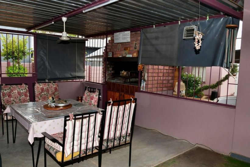 4 Bedroom House For Sale in Pioneerspark