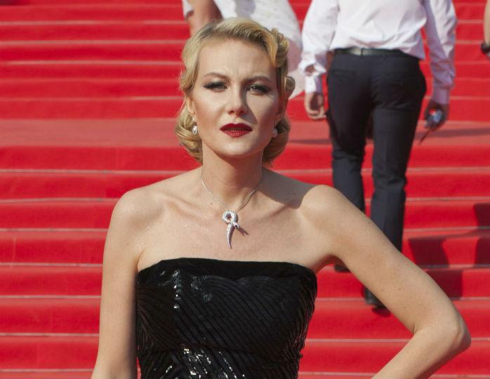 Рената Литвинова в платье-бюстье и бриллиантах появилась на ковровой дорожке с Эмином