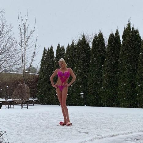 Волочкова сфоткалась в купальнике на улице во время снегопада