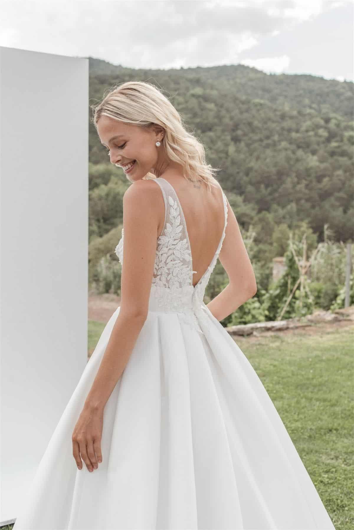 Vestido de novia con escote y espalda al aire con pedrería