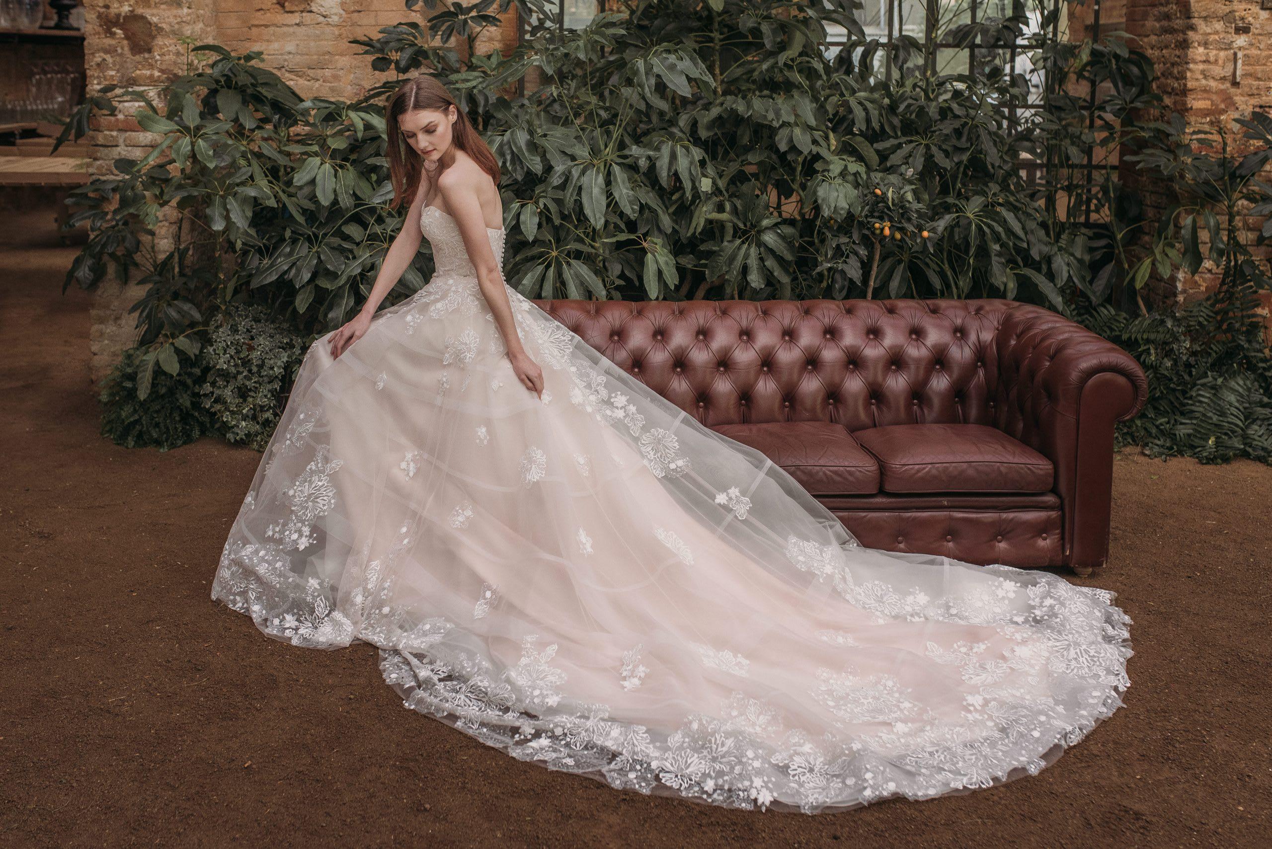 tienda de vestidos de novia valencia atelier nueva coleccion rosas rosa