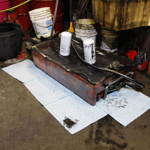 Absorbant en feuilles PIG® Essentials Plus triple épaisseur pour hydrocarbures 38 x 48 cm photo du produit Back View L