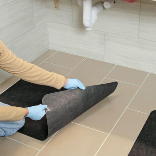 Tapis absorbant et adhésif antibactérien PIG® Grippy® gris double épaisseur 61 x 43,2 cm photo du produit Side View L