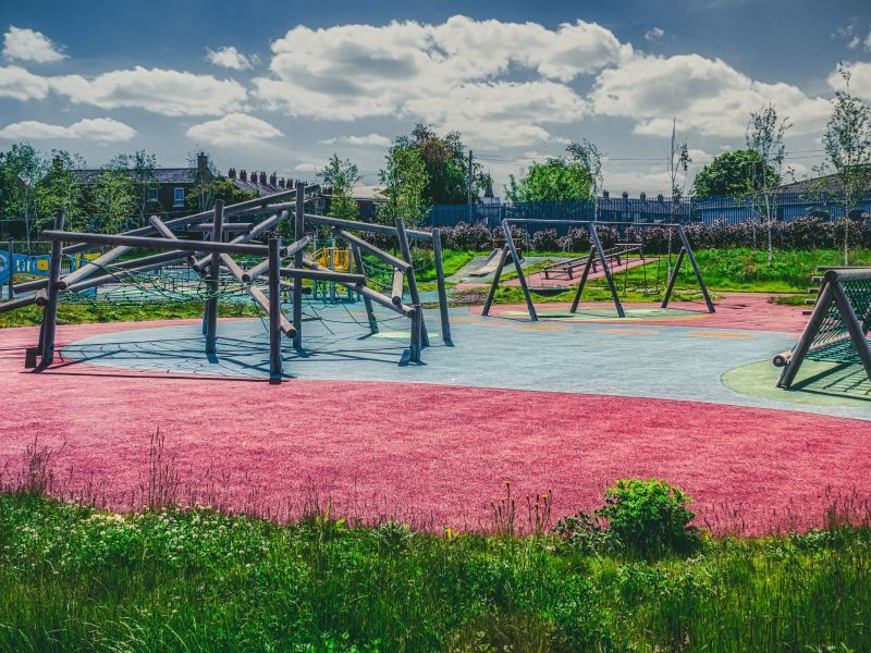 Ein Spielplatz mit verschiedenen mit verschiedenen Spielgeräten.