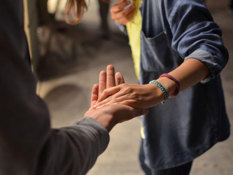 Zwei Menschen reichen sich die Hände