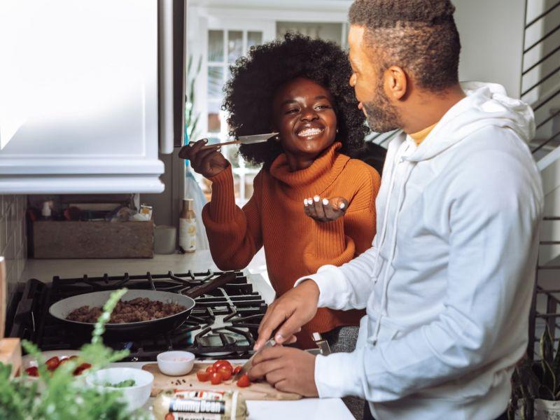 Ein Mann und eine Frau kochen gemeinsam in einer Küche
