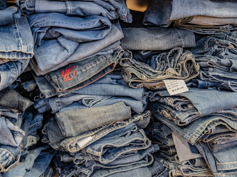 Alte Jeans gestapelt