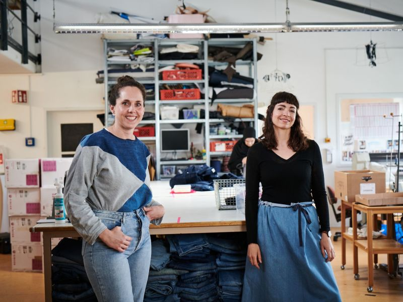 Die beiden Gründerinnen von Bridge&Tunnel in ihrer Werkstatt