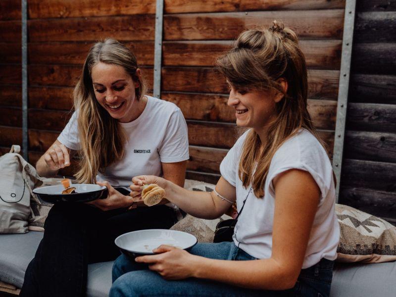 Zwei junge Frauen beim Essen