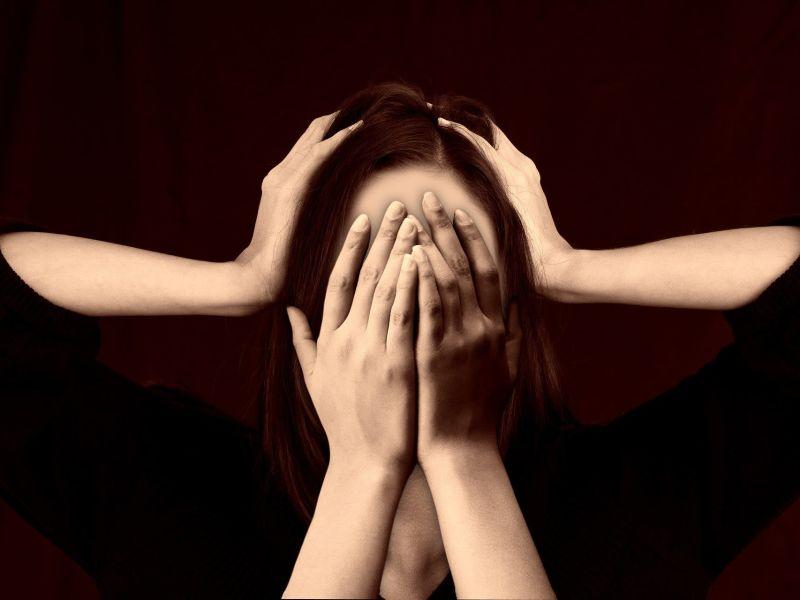 Frau hält sich zwei Hände vor das Gesicht und schlägt gleichzeitig zwei weitere Hände über dem Kopf zusammen