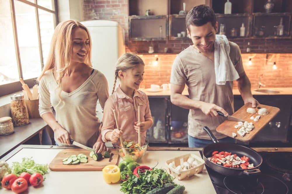 Familie in der Küche: Ausgewogene Ernährung beginnt beim Kochen.