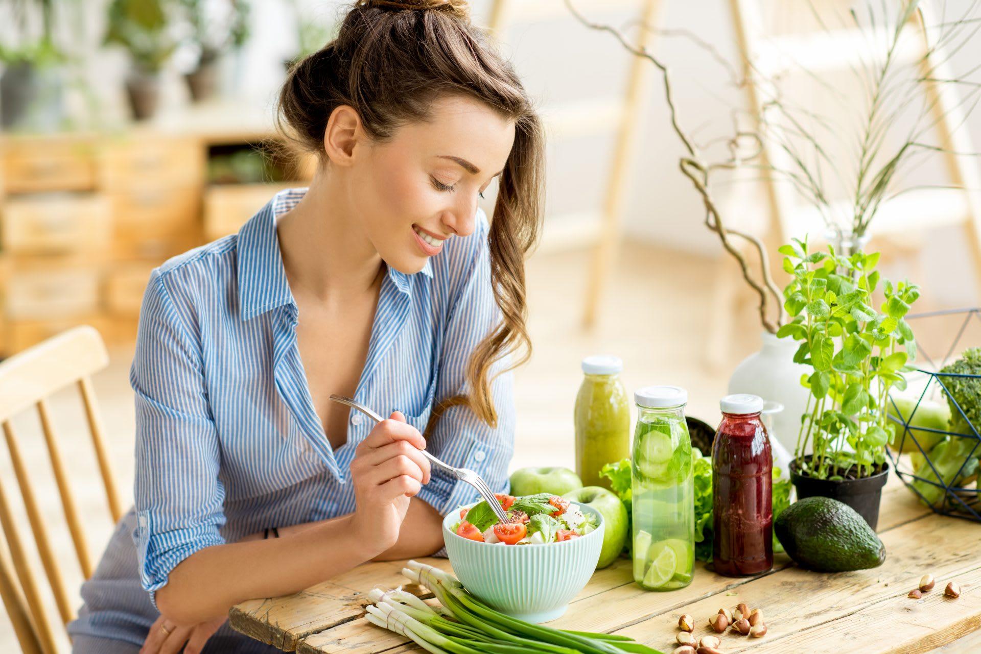 Junge Frau isst Healthy Snacks.