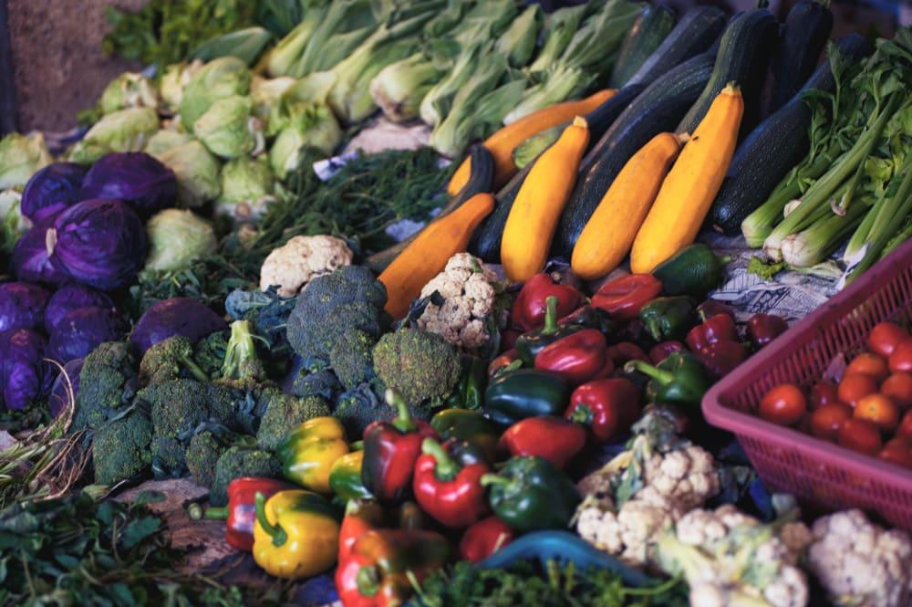 Buntes Gemüse: Ausgewogene Ernährung beginnt mit Farbenvielfalt der Zutaten.