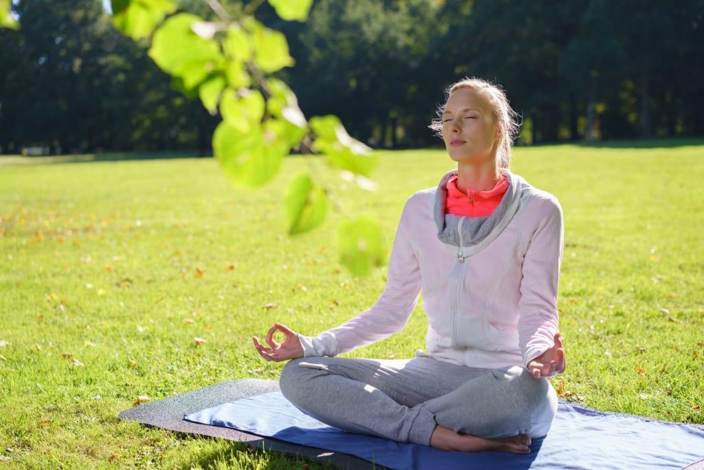 Banner Frau beim Yoga