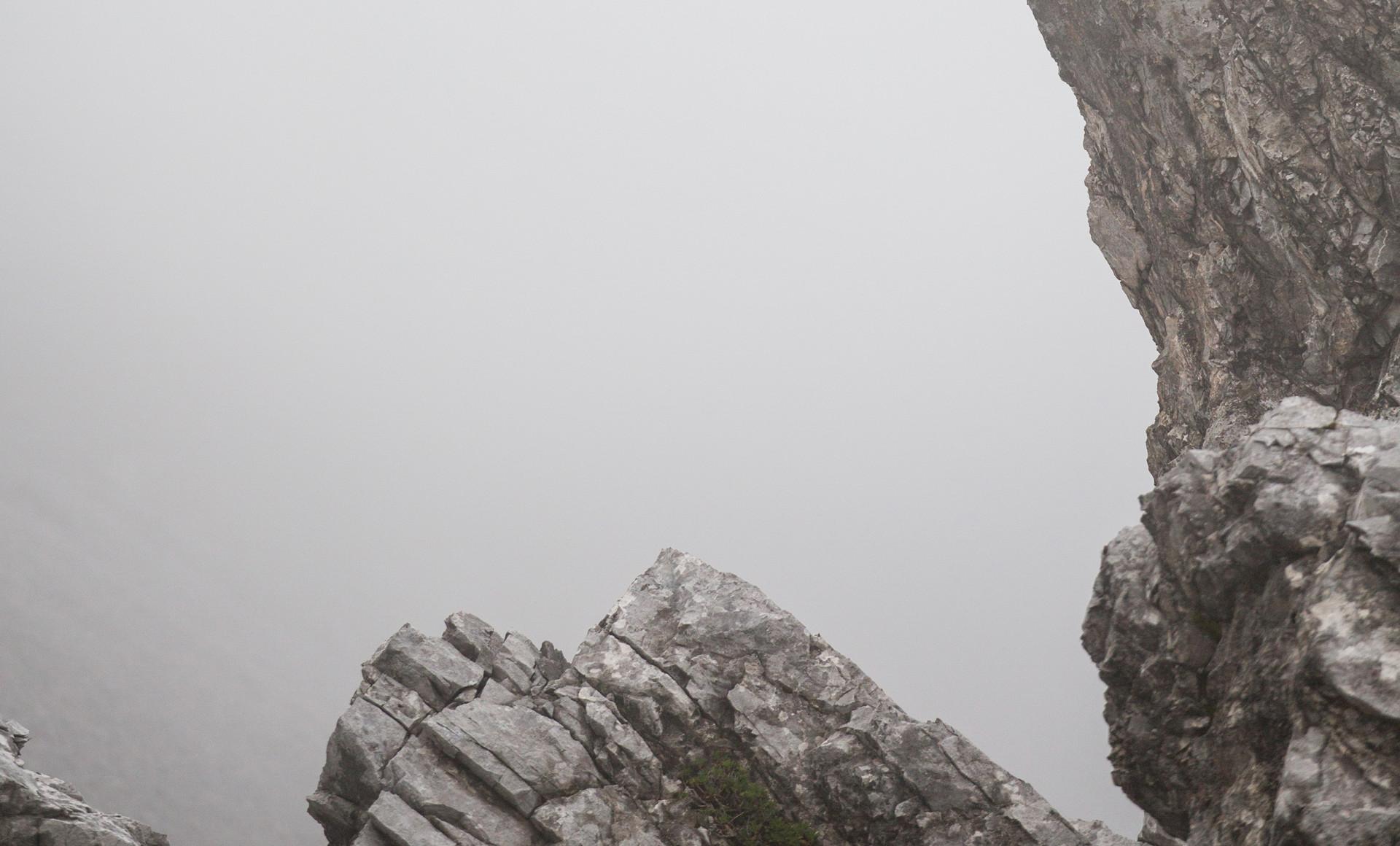 Arrivé au sommet, l'alpiniste expérimenté profite de la vue splendide.
