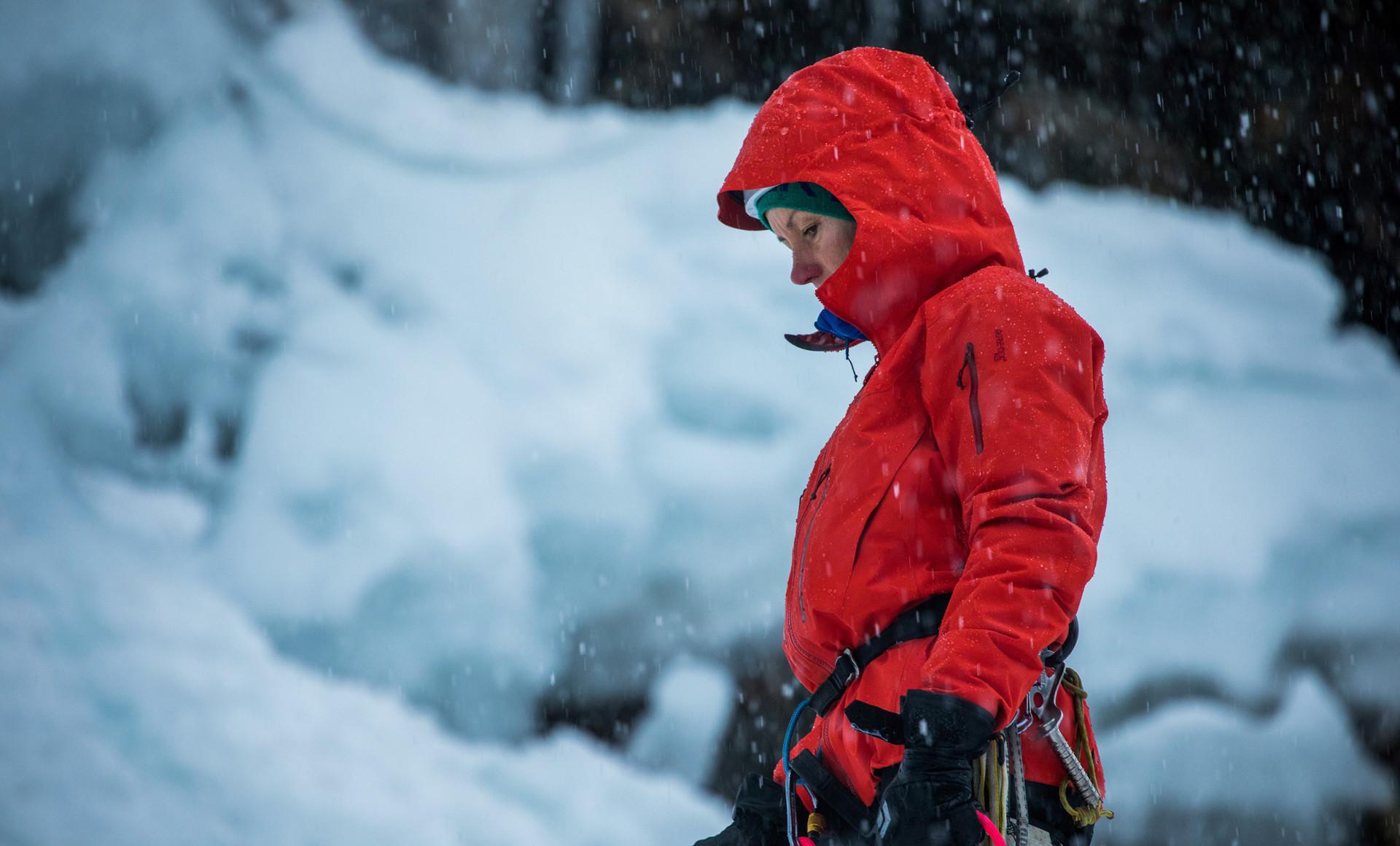 Ines Papert si cimenta per prima con la parete di ghiaccio.