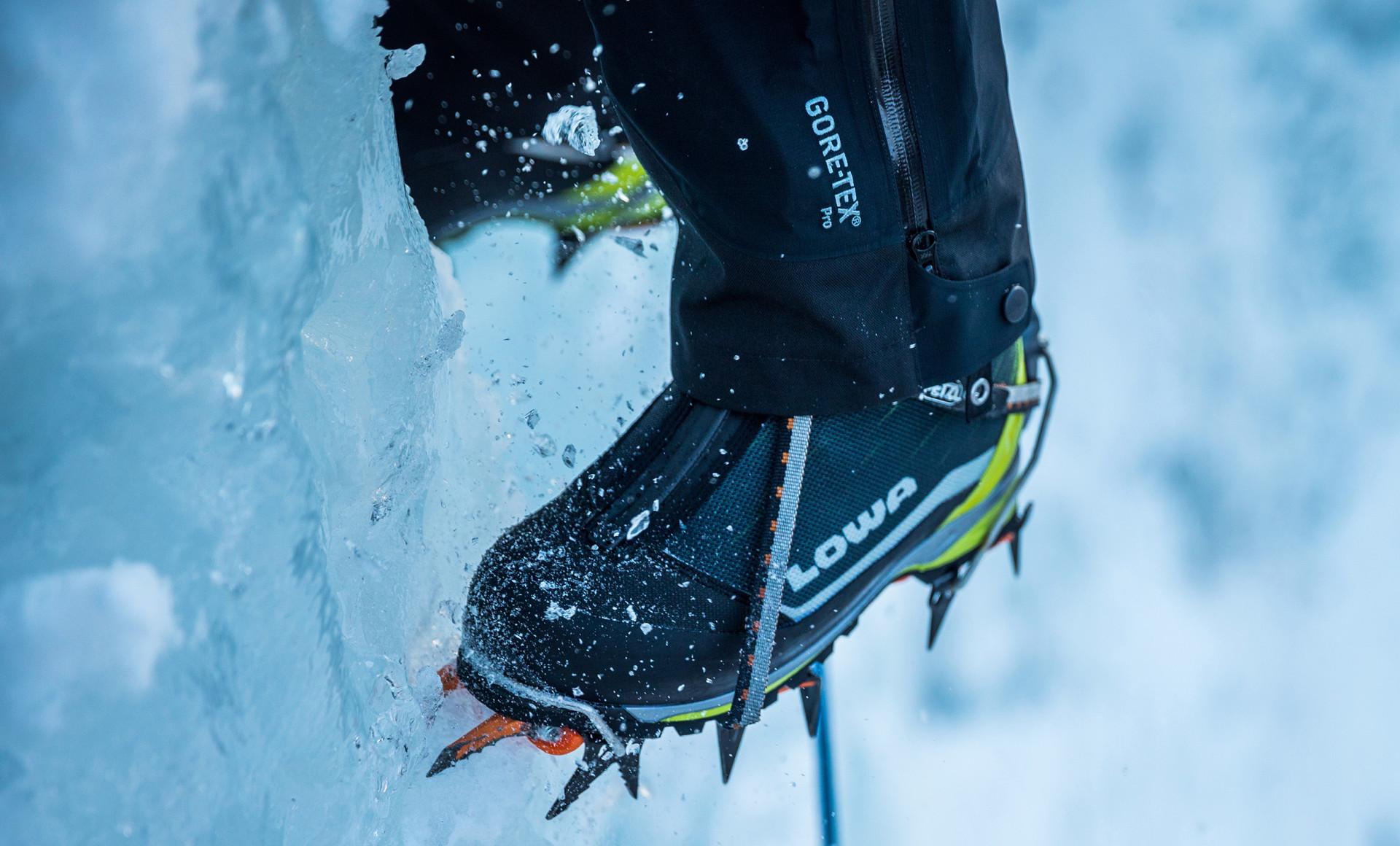 Effettivamente l'Ice Rocket è perfetta per queste pareti di ghiaccio, ma si può utilizzare anche l'Alpine Ice GTX, come si può vedere qui.