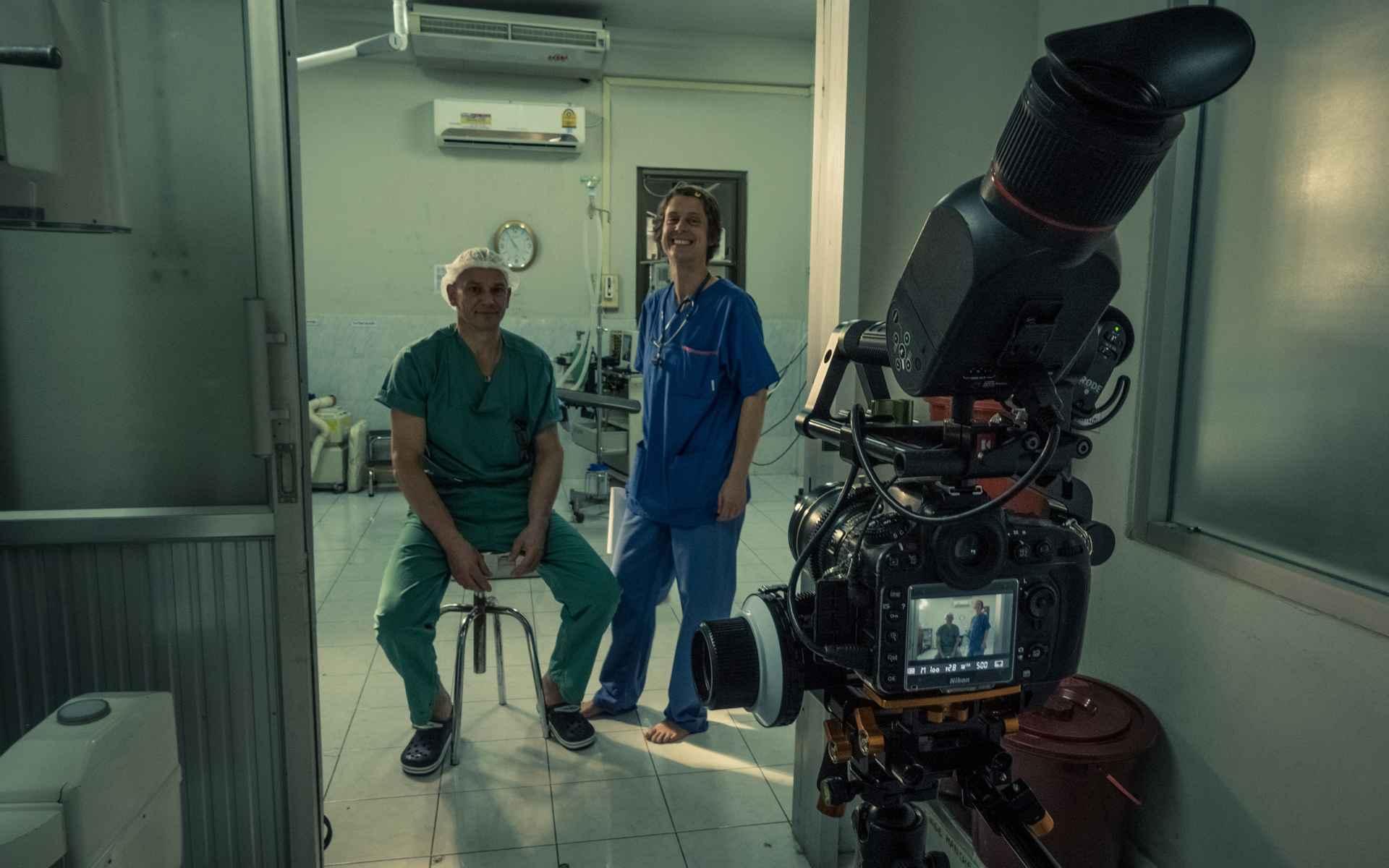 Volker en Isabelle Schöffl werden tijdens hun laatste bezoek aan Laos vergezeld door Kilian Reil, die het werk en het klimavontuur van het echtpaar met zijn camera documenteerde.