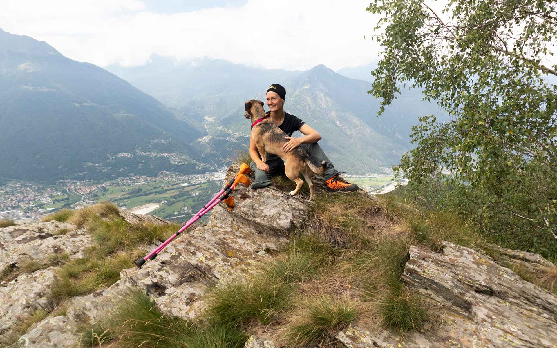 Jaqueline con il suo cane da compagnia Loui.