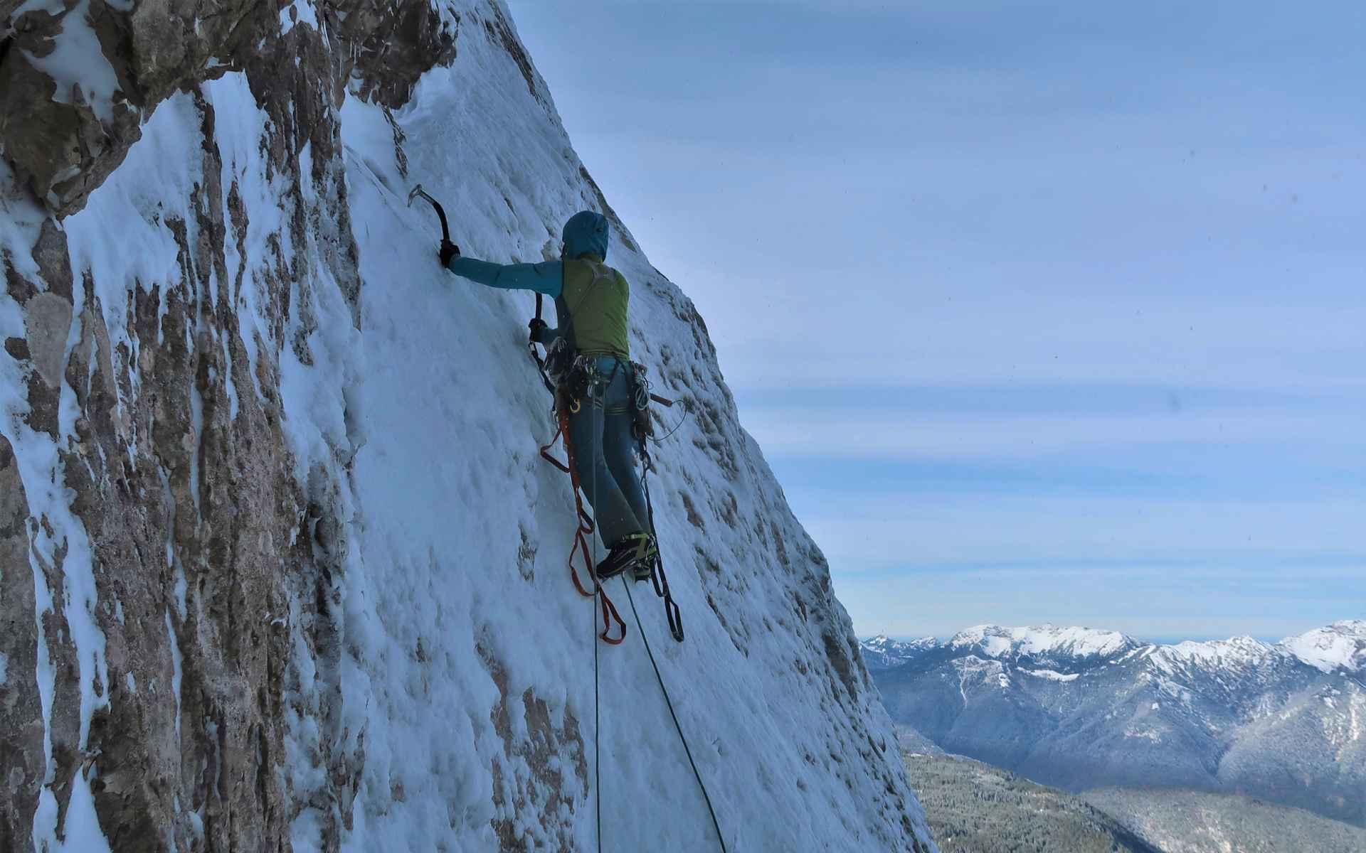 Precaire sneeuwophoping op de rotsplaten.