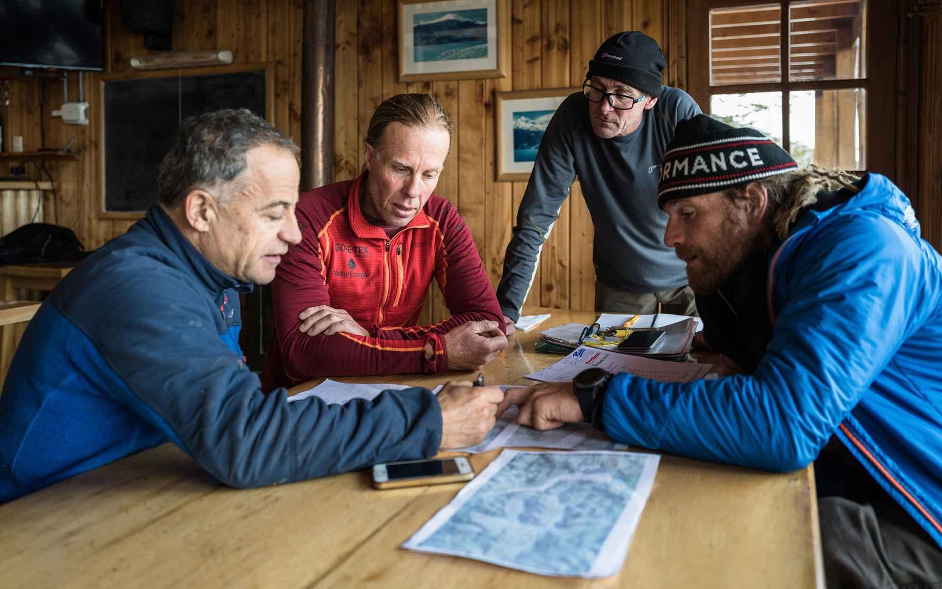 Leur objectif : explorer en quatre semaines l'une des plus vastes étendues de glace et si possible partir à l'assaut d'un sommet.