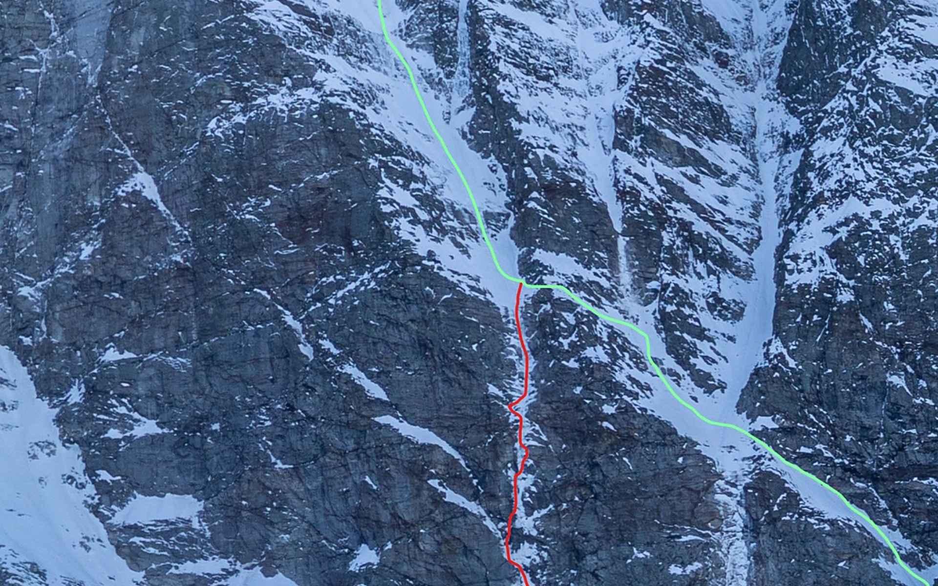"""De noordkant van de Sagwand. In het rood de route """"24 hours of freedom"""" (Sven Brand, Martin Feistl 11-2020), in het groen de route """"Rampenführe"""" (Josef Harold / Helmut Scharfetter 1925)"""