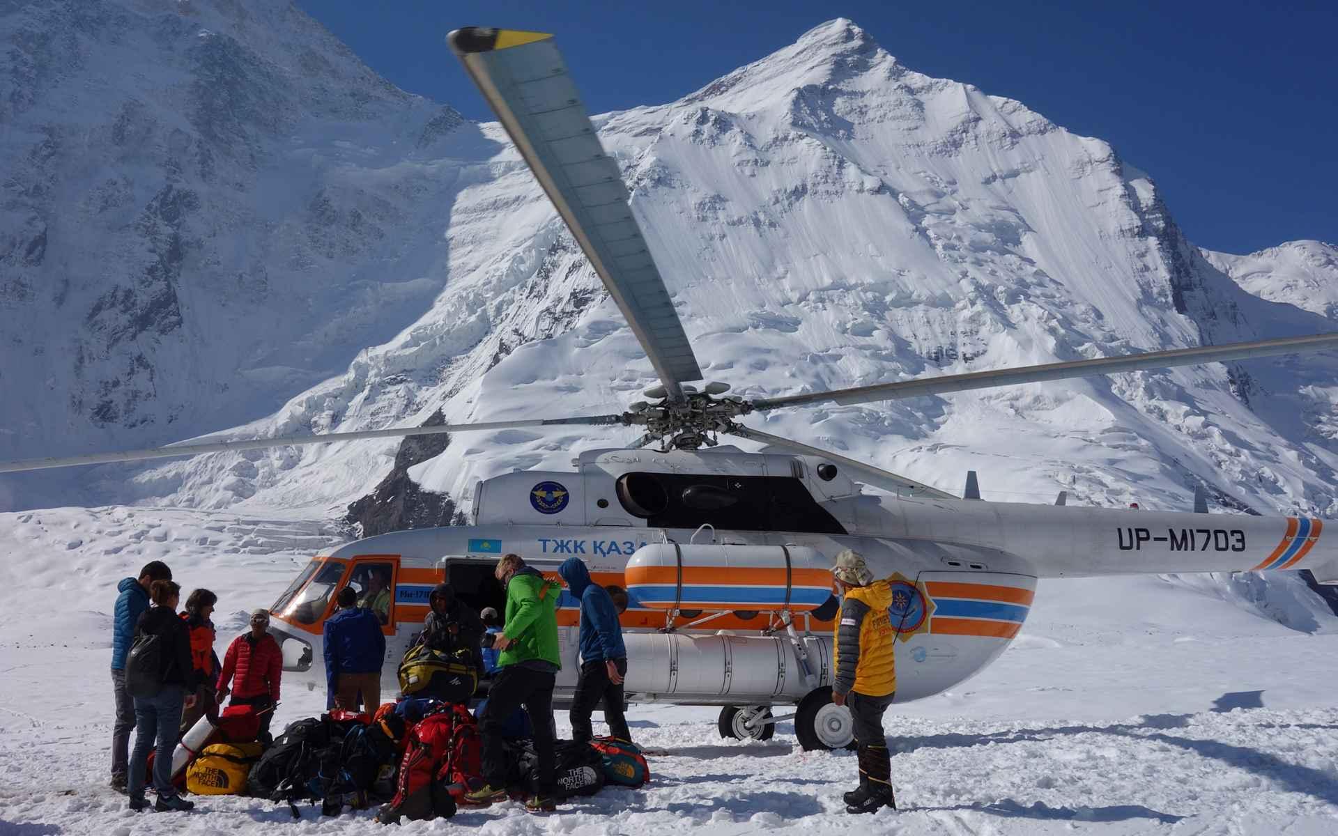 De vlucht met een oud Russisch militair vliegtuig over de Inylchekgletsjer, een van de grootste gletsjers ter wereld buiten de polen, is adembenemend.