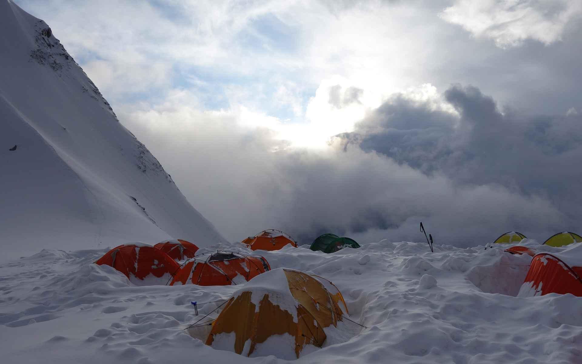 Als we 's morgens onze tent openen, zijn we ingesneeuwd.