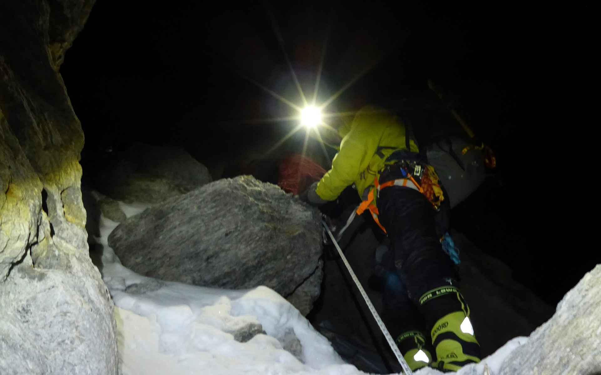 In het licht van onze hoofdlampen bereiken we de westelijke bergkam van de top en beginnen we in het rotsachtige terrein aan onze klim.