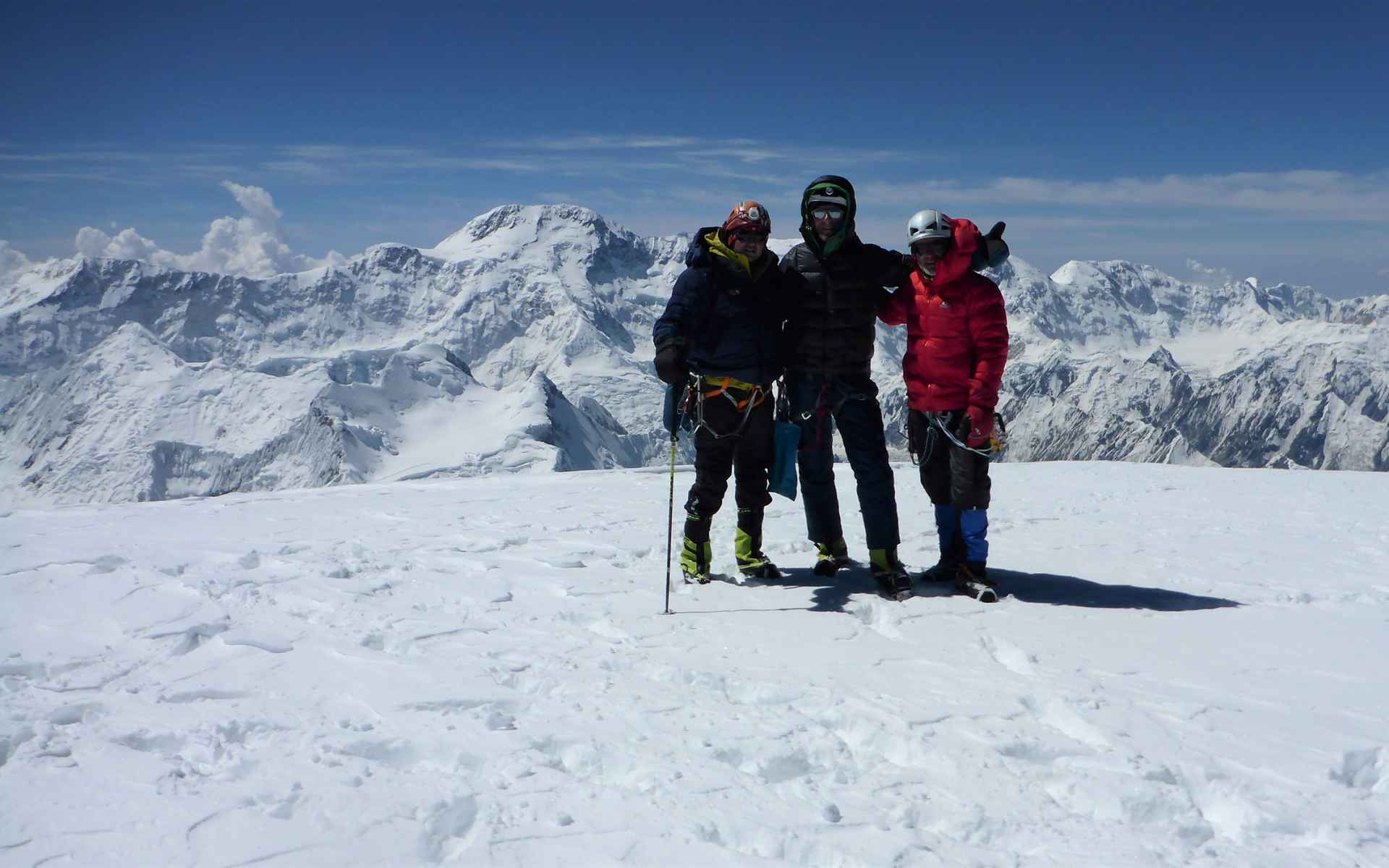 Op de top staan we op het drielandenpunt van Kazachstan, Kirgizië en China.