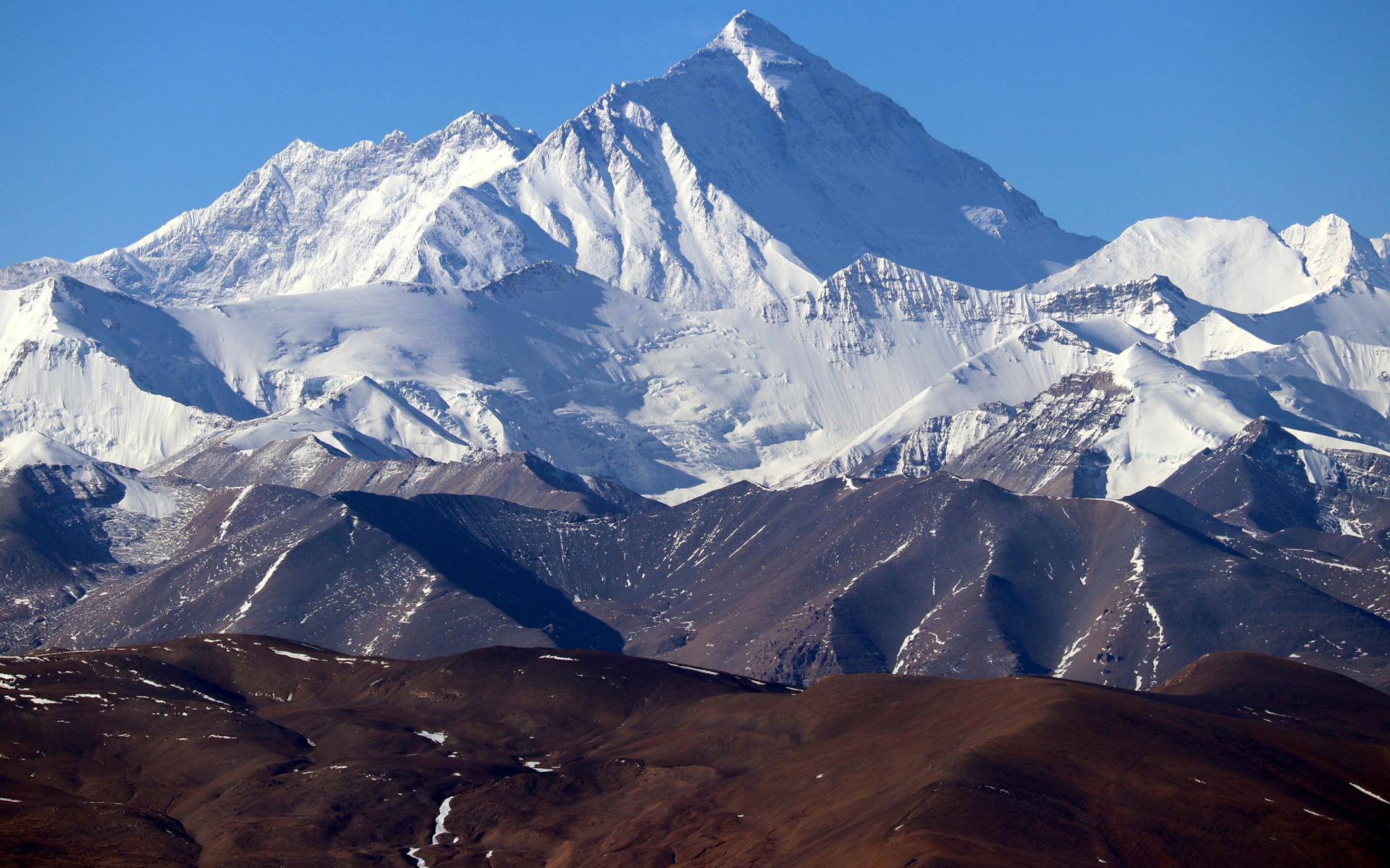 La montagna più alta del mondo non smette di esercitare il suo fascino.
