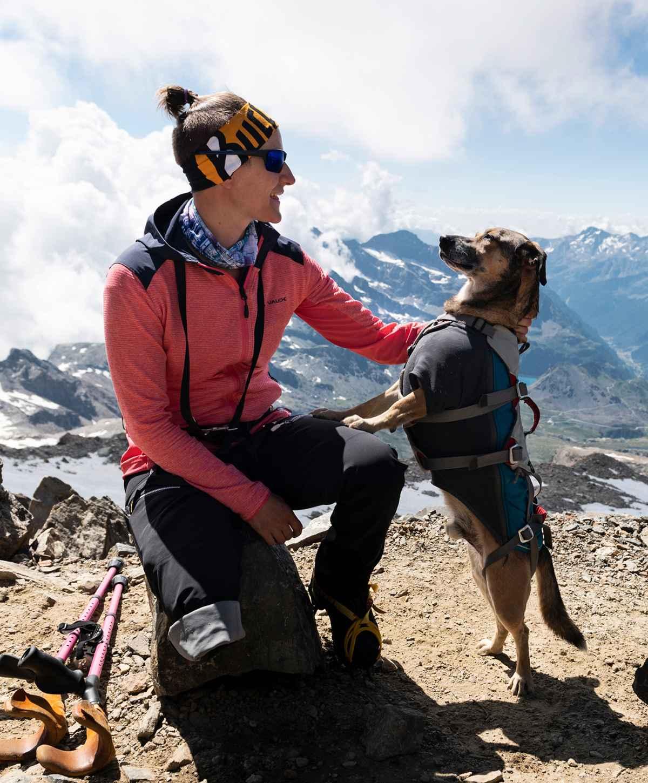 Jaqueline con il suo cane Loui.
