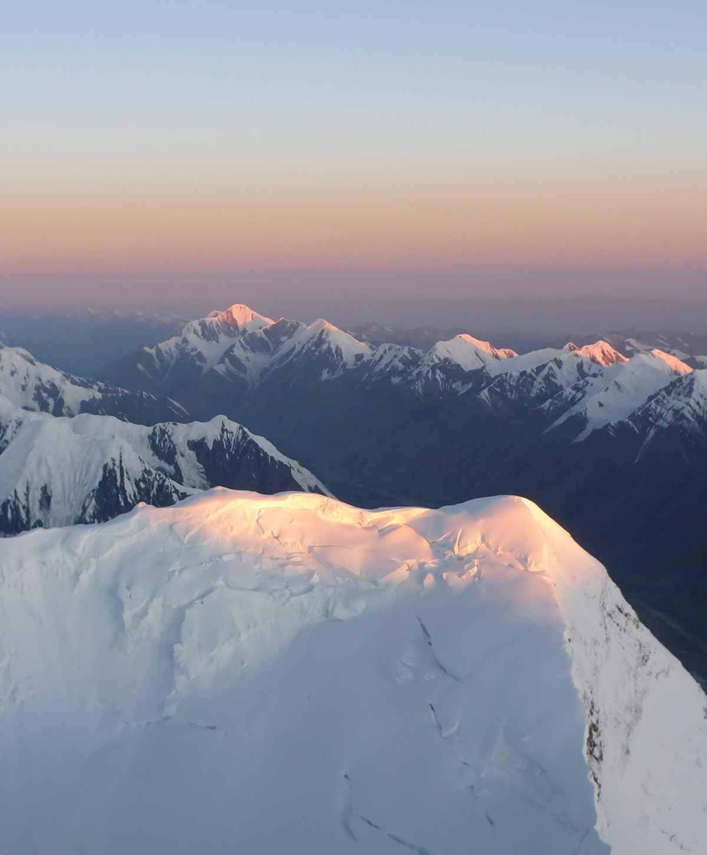 Rondom ons is het Tien Shan-gebergte onbeschrijflijk mooi. De Pik Pobeda in het zuiden, de enorme gletsjer – alles om ons heen is adembenemend.
