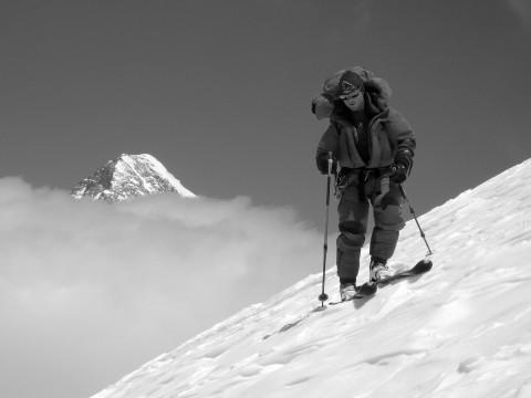 Luis Stitzinger en pleine descente à ski depuis le sommet du Broad Peak (8 000 m). Crédits :