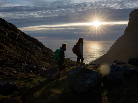 Wanderszene zur Bucht von Kvalvika, Lofoten, Norwegen.