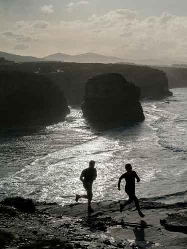 Trailrunning an der Felskueste von Catadrais, Galizien, Spanien.
