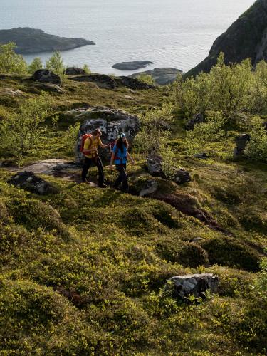 Wanderszene auf den Festvagtinden bei Henningsvaer, Lofoten, Norwegen.