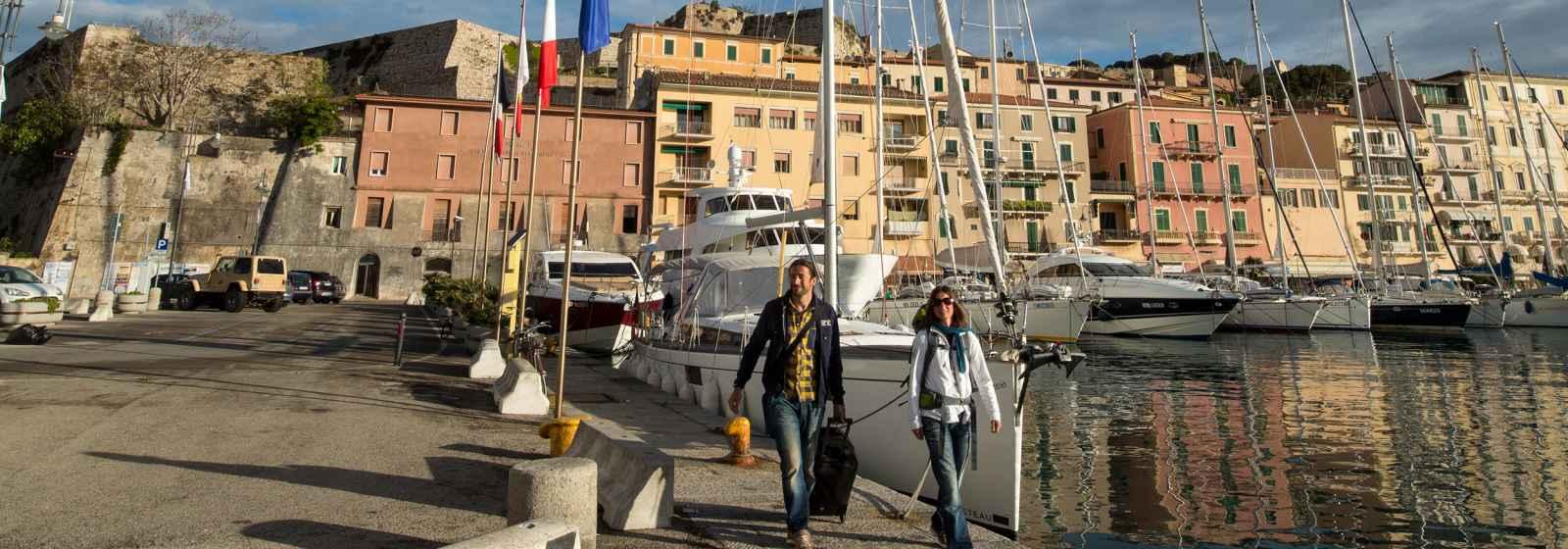 Reiseszene im Hafen von Portoferraio auf der Insel Elba, Italien.