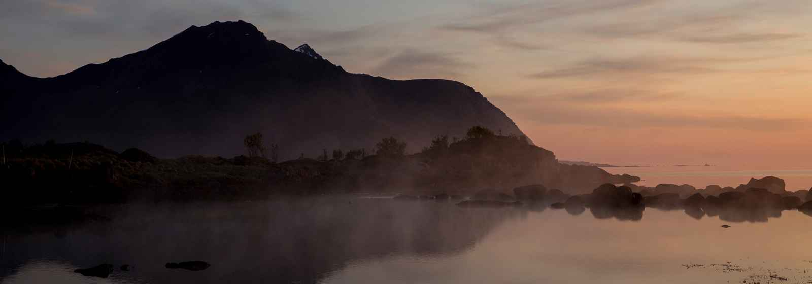 Landschaft am Limstrandpollen in Licht der Mitternachtssonne, Lofoten, Norwegen.