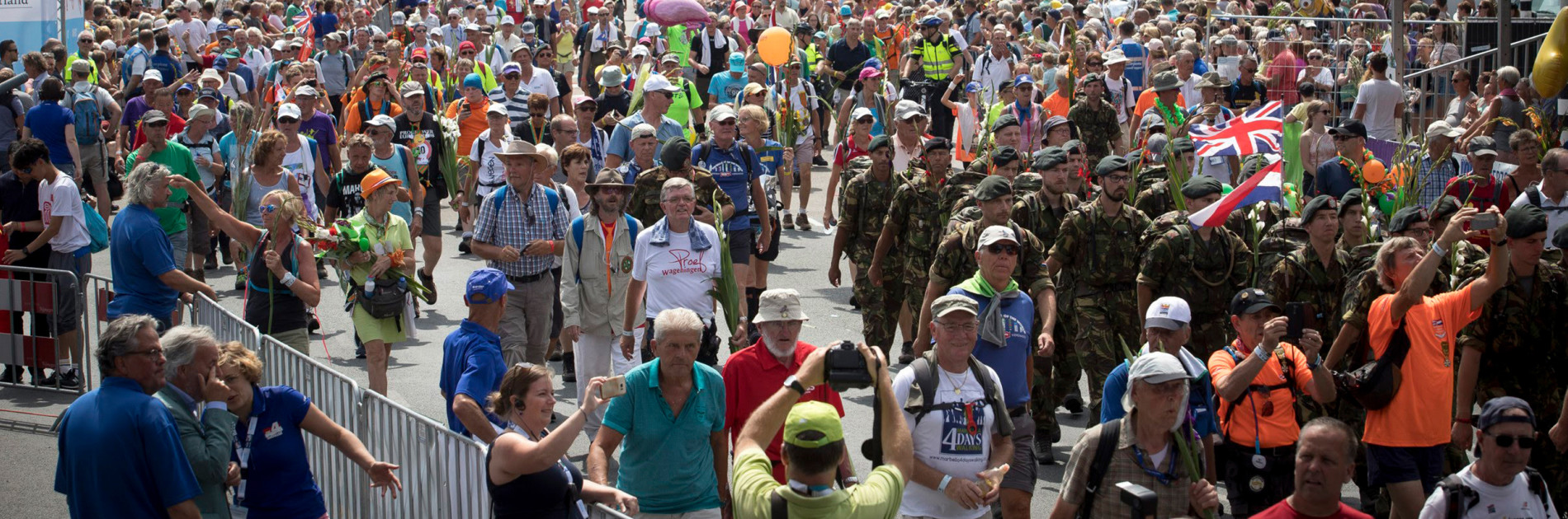 Nijmegen 20-07-2018. vrijdag is de laatste dag van de Vierdaagse. Deelnemers lopen over de Via Gladiola de stad binnen. FOTO: GER LOEFFEN