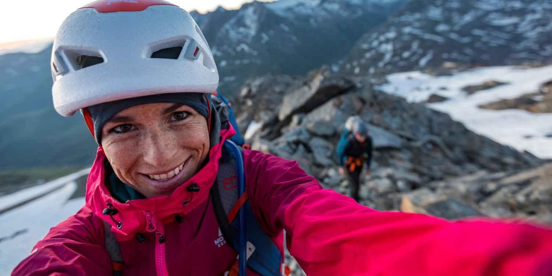 De laatste stap naar de top en genieten van het adembenemende uitzicht – met de CEVEDALE EVO GTX Ws zijn vrouwelijke avonturiers perfect uitgerust voor de volgende tocht. Deze alpine alleskunner is perfect geschikt voor gemakkelijke alpinetouren, bergbeklimmen of veeleisende klettersteigen. Maar zijn innerlijke waarden tellen ook mee: de sportieve schoen combineert de beste materialen, een optimale pasvorm en het hoogste niveau van comfort.