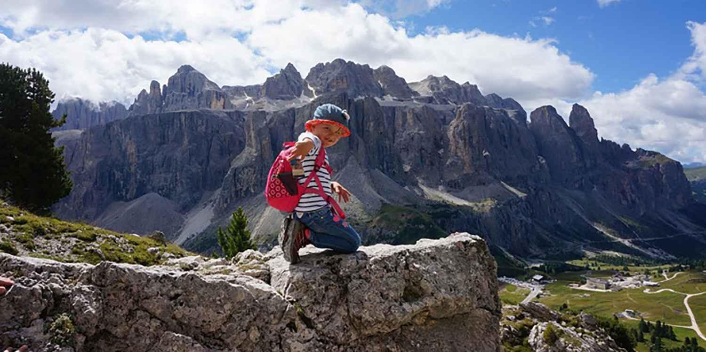 Deze bewezen kinder-outdoorschoen is speciaal afgestemd op de anatomie van de kindervoet. De schoen is bij uitstek geschikt voor wandeltochten in het middelgebergte en voor lichte tochten in de Alpen. De waterdichte GORE-TEX®-voering garandeert een aangenaam voetklimaat, terwijl de skeletachtige hoge LOWA MONOWRAP®-constructie de voet betrouwbaar stabiliseert en ondersteunt. Niets staat het volgende outdooravontuur van kleine bergliefhebbers meer in de weg.