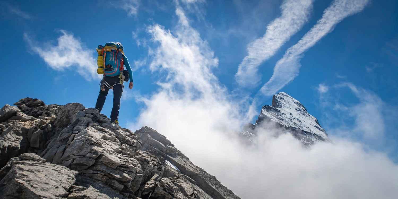 Einer, der sich sehen lassen kann. Und das ganz besonders in alpinem Gelände, im Fels oder auf dem Weg dorthin: Der CADIN GTX MID ist ein echt sportlicher Alleskönner. Seine Vielseitigkeit ist längst bekannt und beliebt bei bergsportbegeisterten Menschen. Das liegt nicht nur an der Steigeisenaufnahme, sondern auch an der Vibram®-Mulaz-Außensohle. Einfach ideal für die meisten Verhältnisse beim Bergsteigen. Und da neben der Funktionalität auch der Look stimmen muss, sorgen optische Hingucker wie der Geröllschutz oder eingearbeitete Prägungen für den besonderen Bergschuh-Style.