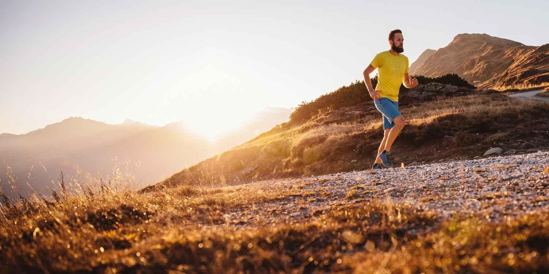 Trek hem aan, ga op weg en voel je goed: De nieuwe multifunctionele schoen AEROX GTX LO is uitgerust met de 100% waterdichte en ademende GORE-TEX SURROUND®-technologie, die zorgt voor een rondom perfect voetklimaat. Maar ook de dempende LOWA DynaPU®-zool en het stabilizer-frame garanderen een optimaal draagcomfort. In combinatie met de LOWA MONOWRAP® is dit sportieve multitalent de perfecte metgezel voor diverse activiteiten.