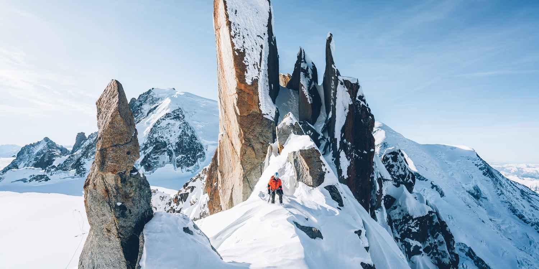 Par le passé, la croûte de cuir était très appréciée des alpinistes: le matériau présente de nombreuses qualités et garantit notamment un excellent chaussant. Il n'en fallait pas plus pour que LOWA décide de l'utiliser pour la fabrication du modèle ALPINE PRO GTX LE. Le cuir permet de revisiter cette botte alpine au design minimaliste, en alliant tradition et technologies de pointe.